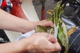 ผงะ! แม่ค้าในตลาดสดหาดใหญ่ใช้ถุงยางรัดผัก อ้างสะใภ้ขนมาจากโรงงานเป็นของใหม่ชำรุด