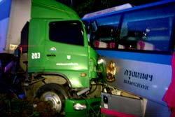 สยอง! ปิคอัพย้อนศรชนรถทัวร์-ประสานงารถพ่วง ดับ 1 เจ็บเพียบ!