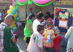เด็กชลบุรีเข้าคิวเซ็นชื่อสนับสนุนลต.ในวันเด็ก
