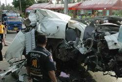 รถตู้นักเรียนประสานงารถสิบล้อ ดับ 8 ศพ