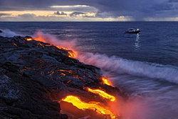ช่างภาพเสี่ยงตายลุยภูเขาไฟ ถ่ายภาพลาวาระอุ