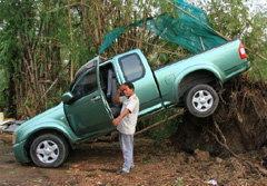 พายุถล่มอยุธยา บ้านพังเละ200หลัง พัดกระบะลอยติดต้นไม้