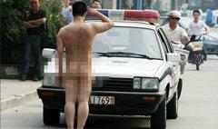 ป่วน! ชายแก้ผ้าเปลือยล่อนจ้อน วิ่งขวางรถกลางถนน
