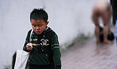 อึ้ง! หญิงจีนร่างอวบแก้ผ้ากลางเมือง