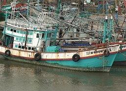 เรือประมงเร่งเข้าฝั่งหลังเกิดพายุฝนตกหนัก