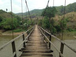 สะพานแขวนเชียงรายข้ามแม่น้ำกกไม้ผุหวั่นพัง