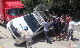 กระบะยางแตกคว่ำขวางถนน คนไทยรวมพลังน้ำใจ ช่วยยกรถไม่กี่นาที