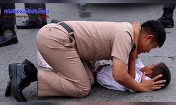 ภาพประทับใจ! ทหารเรือกอดปลอบเด็ก เสียขวัญเก๋งพุ่งชนเจ็บหนัก