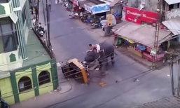 ภาพระทึก ช้างอินเดียคลั่ง ขยี้รถสามล้อกระจุยกลางเมือง