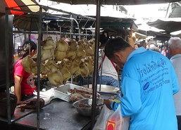วันจ่ายตรุษจีนอ่างทองคึกคักไก่ต้มตัวละ200
