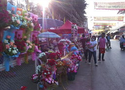 ชาวตากแห่ซื้อของขวัญ-ดอกไม้วาเลนไทน์คึก
