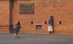 วิจารณ์ยับ! สาวจีนแชะภาพเท้าชี้ฟ้าพิงประตูเมืองเชียงใหม่