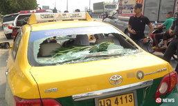 ชายคลุ้มคลั่งทุบแท็กซี่ ก่อนวิ่งไปชิงรถอีกคันขับหนีลอยนวล