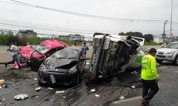 อุบัติเหตุระทึก รถโม่ปูนเสียหลักชน 2 คันรวด คว่ำขวางถนน