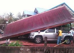 พายุฝนถล่มอุดรธานีบ้านเรือนปชช.เสียหาย45หลัง