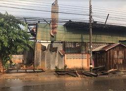 ฝนถล่มเพชรบูรณ์-อุดรต้นไม้โค่นเสาไฟล้มบ้านพัง