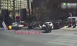 หวาดเสียว! เกิดลมแรงกะทันหัน พัดป้ายบอกทางปลิวใส่รถ-คน