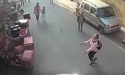 หวาดเสียว! หนูน้อย 2 ขวบตกตึกชั้น 3 เด็กหญิงยกมือวิ่งช่วยรับ