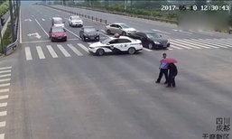 """คนจีนเชิดชู """"ตำรวจใจนักเลง"""" จอดรถขวาง-ช่วยคนแก่ข้ามถนน"""