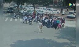 ชาวเน็ตชม อุบัติเหตุรถชนพลิกคว่ำ ชาวบ้านกว่า 20 คนวิ่งช่วยเหลือ