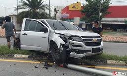 หนุ่มป้ายแดงซ้อมสอบใบขับขี่ พุ่งชนเสาไฟฟ้า-ทับรถสาวใหญ่