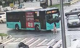 ใจหวิว! หญิงจีนแก้ผ้าเดินย้อนศรบนทางด่วน ตร.วุ่นถอดเสื้อคลุมให้