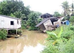 ฝนหนักสุราษฎร์ฯกัดเซาะบ้านริมตลิ่งทรุดเสียหาย