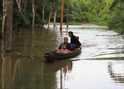 ชาวบ้านบางหยดสุราษฎร์62ครัวเรือนน้ำยังท่วมสูง