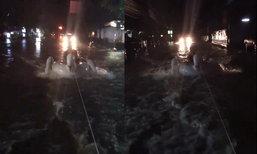 ไอเดียเก๋! หนุ่มนั่งห่วงยางเล่นน้ำท่วมกรุงเทพฯ