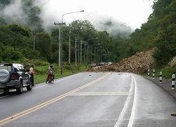 เพชรบูรณ์ฝนตกดินสไลด์ปิดถนนทล.12
