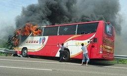 ภาพสยอง! รถบัสชนไฟไหม้ลุกท่วม ย่างสดคนจีน 26 ศพ