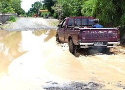 น้ำท่วมพื้นถนนทรุดเลียบคลอง13ปทุมธานี