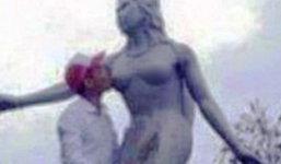 แบบนี้สมควรหรอ หนุ่มเวียดนาม ปีนจูบหน้าอกรูปปั้นสาว