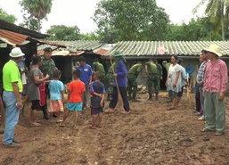 ทหารนำอาหารมอบให้คนอุทัยน้ำป่าไหลดินสไลด์