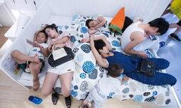 อากาศร้อน! ครอบครัวชาวจีนแห่ไปนอนที่ห้างดัง