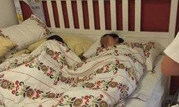 สุดระอา! ลูกค้าปีนขึ้นเตียงในห้าง นอนสบายเหมือนอยู่บ้าน