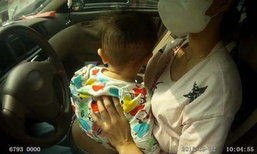 ตำรวจจีนอึ้ง! หญิงสาวขับรถพร้อมให้ลูกดื่มนมจากอก