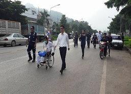 ชายพิการจันทบุรีนั่งวีลแชร์แสดงความอาลัย
