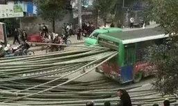 หวาดเสียว ไม้ไผ่หลุดจากรถบรรทุก พุ่งเสียบท้ายรถเมล์
