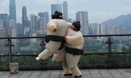 หนุ่มสาวจีนประลองซูโม่ ปล่อยความเครียดกลางสวนสนุก