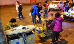 เด็กน้อยวัย 8 ขวบ นั่งทำการบ้านบนถังขยะ กลางอากาศหนาวเหน็บ