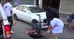 สยอง! สาววัยรุ่นขับเก๋ง ตกใจเหยียบคันเร่ง ชนดาบตำรวจขาขาด