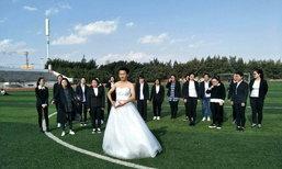 นักศึกษาเมืองจีนผุดไอเดียถ่ายรูปจบ หญิงใส่สูท ชายใส่ชุดเจ้าสาว