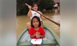 น่าเอ็นดู 2 หนูน้อยพายเรือ รายงานสถานการณ์น้ำท่วม