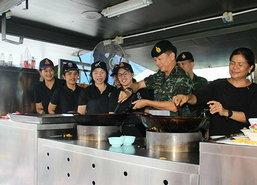 มทภ.4 ปรุงอาหารแจกผู้ประสบภัยน้ำท่วมนครศรีธรรมราช