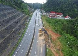 เร่งซ่อมถนนพัทลุง-ตรังหลังดินสไลด์เส้นทางชำรุด