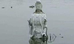 เจ้าแม่กวนอิมโผล่ลอยกลางแม่น้ำในจีน ชาวบ้านอัญเชิญแห่กราบไหว้