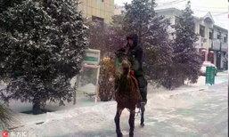 นับถือ! พนักงานส่งพัสดุด่วนขี่ม้าส่งของในวันหิมะตกหนัก