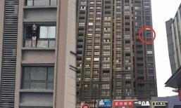 ตำรวจส่งหญิงจีนเข้ารพ.ประสาท หลังปีนหน้าต่างไลฟ์สดขู่กระโดดตึก