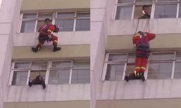 วินาทีระทึก! กู้ภัยโรยตัวถีบหญิงคิดกระโดดตึกฆ่าตัวตาย